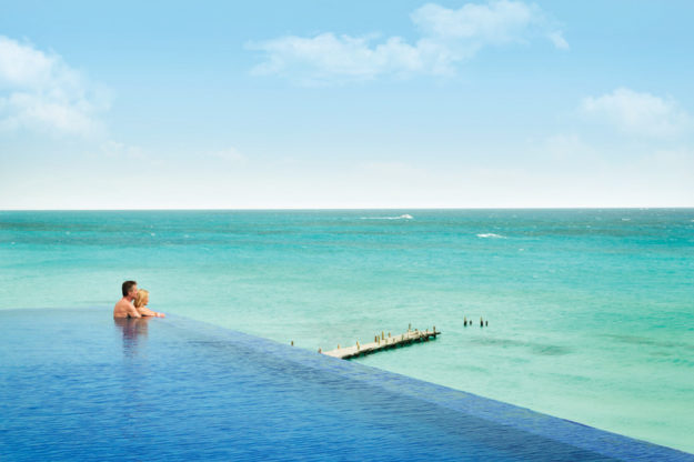 Hyatt-Ziva-Cancun-Turquoize-Rooftop-Infinity-Pool-Ocean-Couple-8