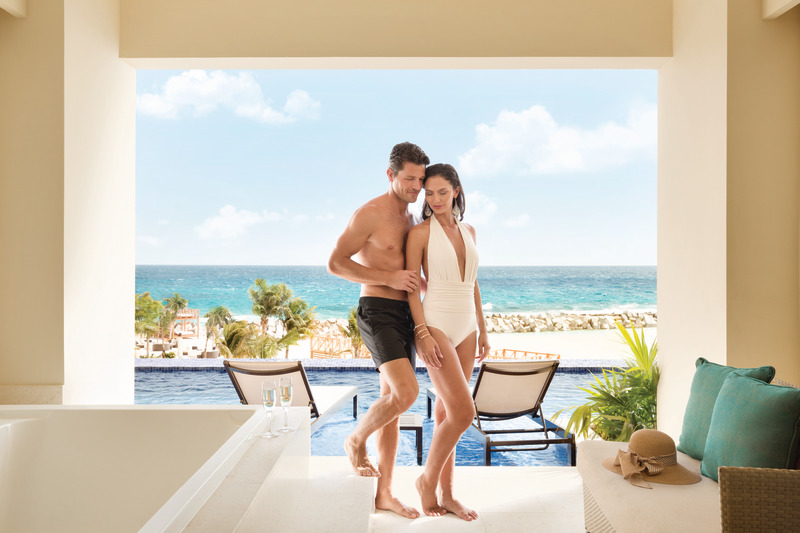 Hyatt-Ziva-Cancun-Turquoize-Sky-Swim-Up-Ocean-Front-Couple-7